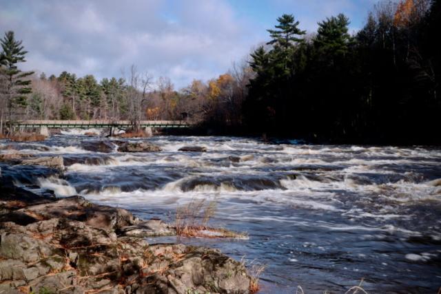 Un matin d'automne, cascades, rivière